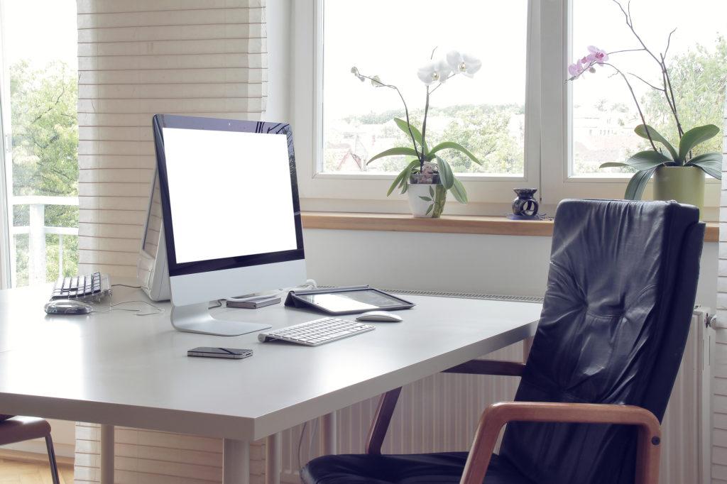 ergonomisk kontorstol og bord