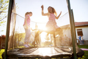 piger hygger sig på trampolin